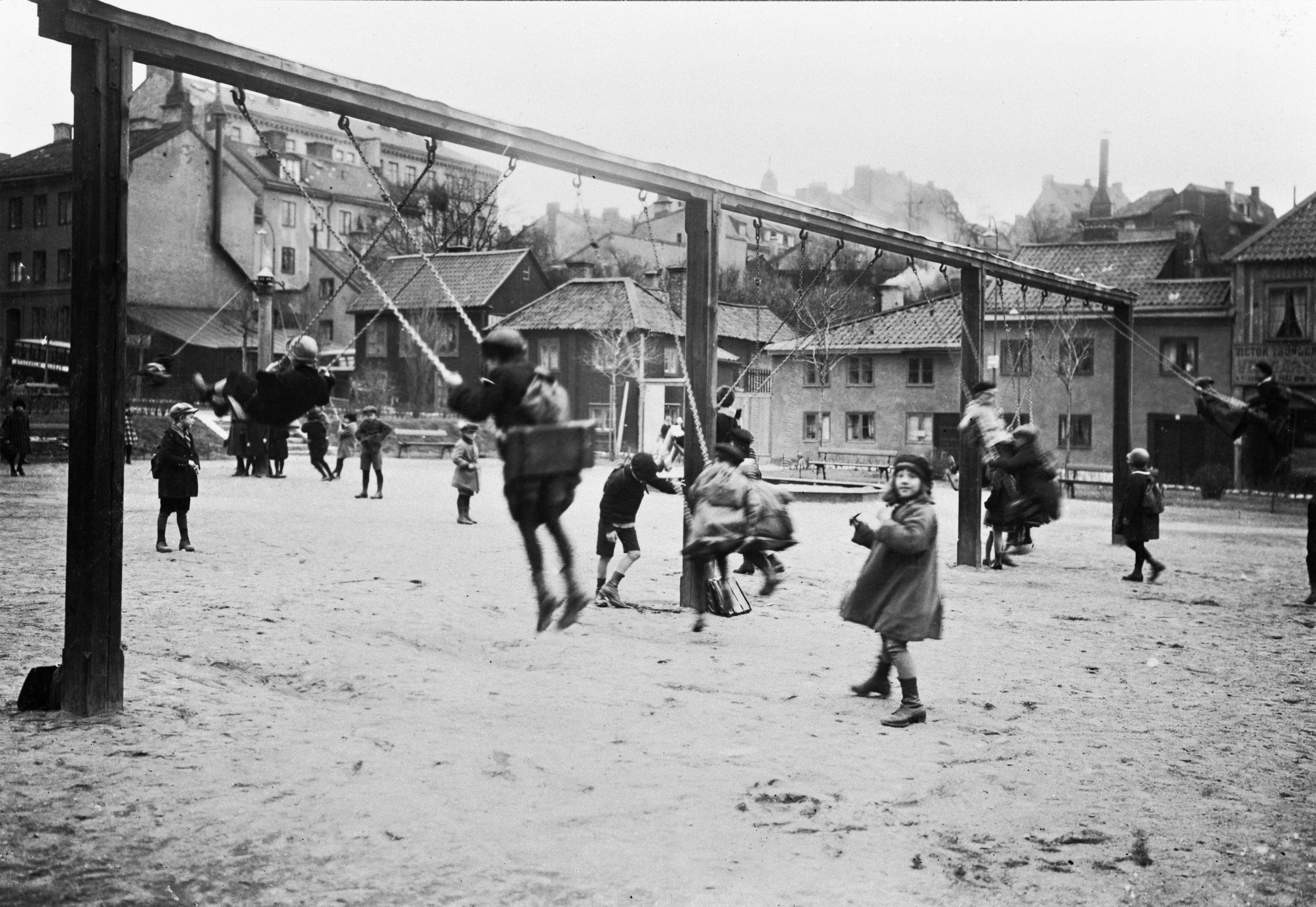Barn som leker på Nytorget.
